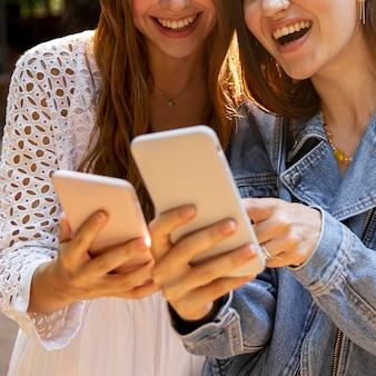 Close-up novias jóvenes con móvil