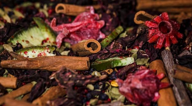 Close-up palitos de canela en el mercado