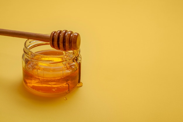Close-up palo de miel en la parte superior del tazón