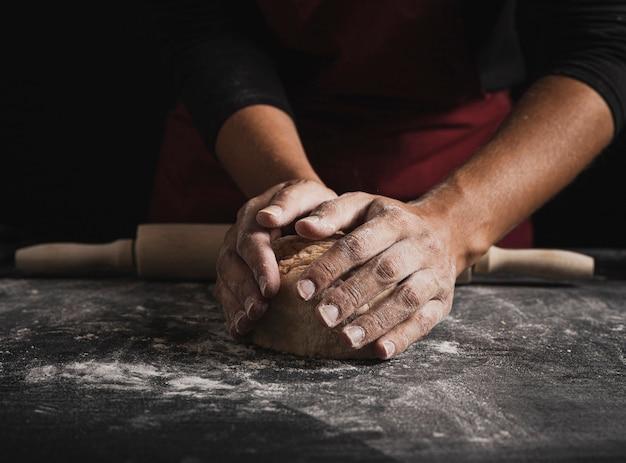 Close-up panadero manos amasar masa