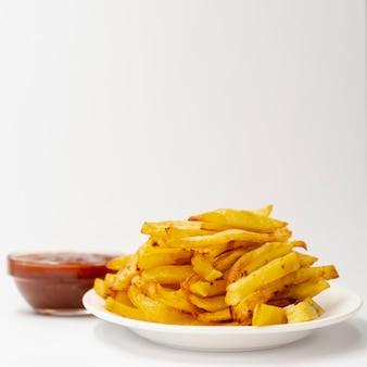 Close-up papas fritas con fondo blanco