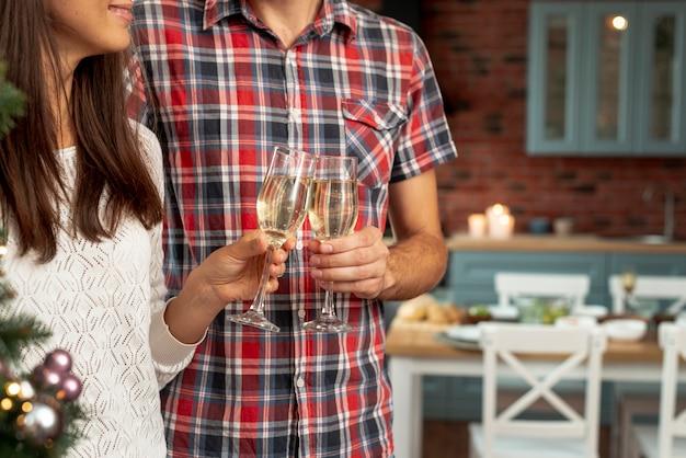 Close-up pareja feliz haciendo un brindis