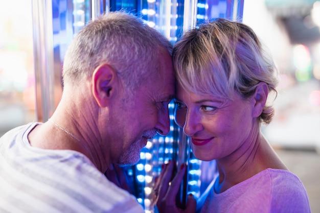 Close-up pareja feliz mirándose