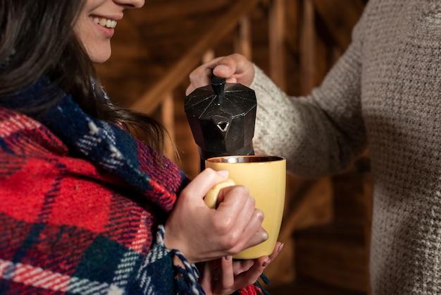 Close-up pareja tomando el té juntos