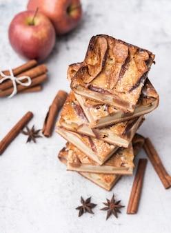 Close-up pastelería al horno y manzanas