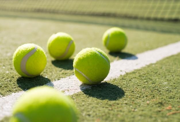 Close-up pelotas de tenis en el suelo