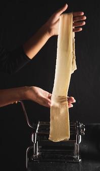 Close-up persona extendiendo masa de pasta
