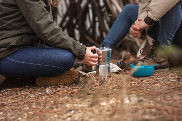 Close-up personas con bebida al aire libre