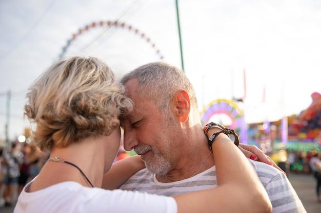 Close-up personas enamoradas abrazos