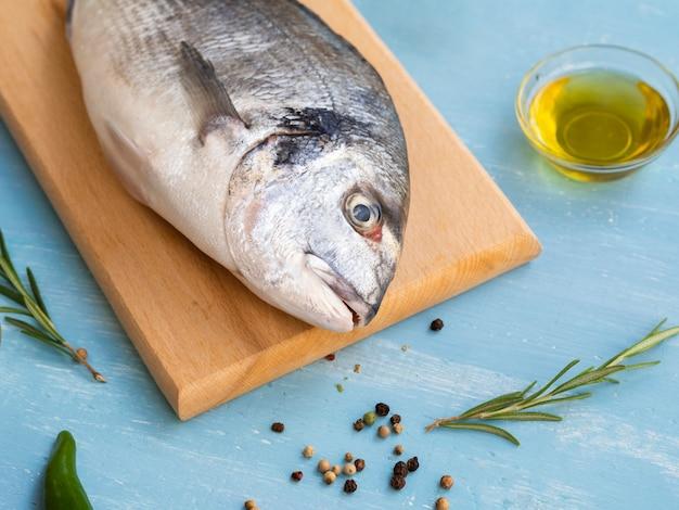 Close-up pescado crudo en una tabla de madera