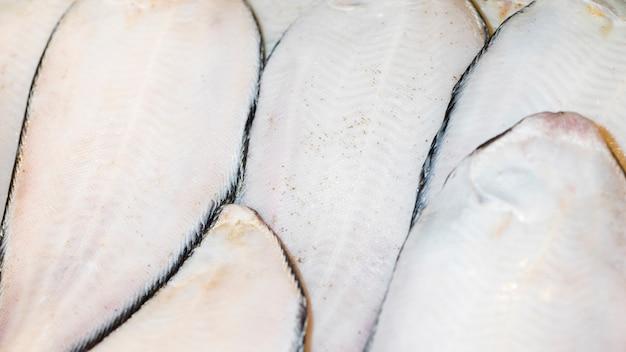 Close-up de pescado recién cortado