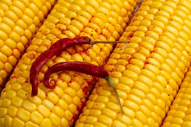 Close-up pimiento rojo picante con maíz