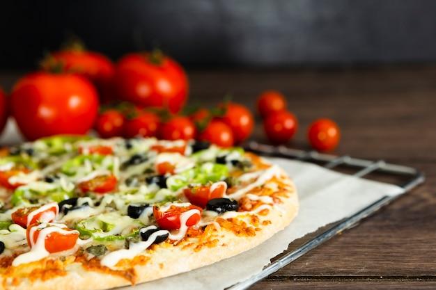 Close-up de pizza y tomate