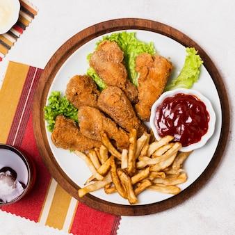 Close-up de pollo frito y papas fritas