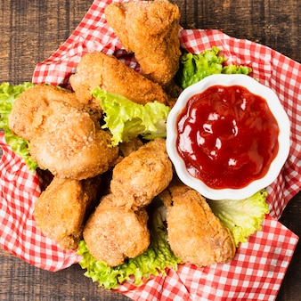 Close-up de pollo frito con salsa de tomate