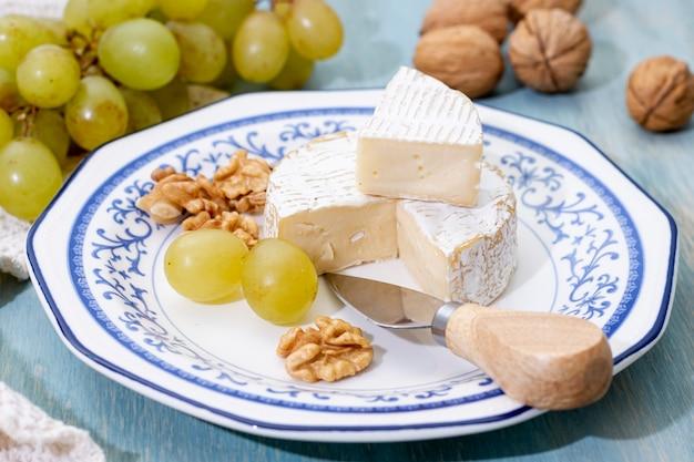 Close-up queso brie y nueces