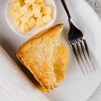 Close-up de queso y pan tostado