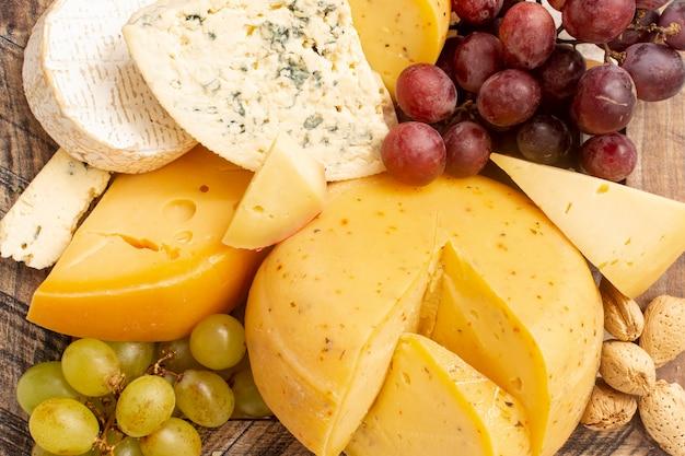 Close-up queso rústico con uvas