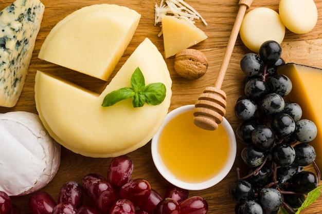 Close-up queso uvas y miel