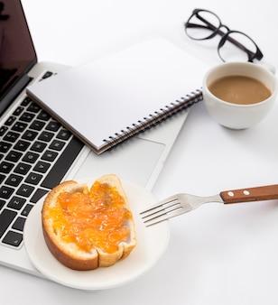 Close-up rebanada de pan con mermelada sobre la mesa