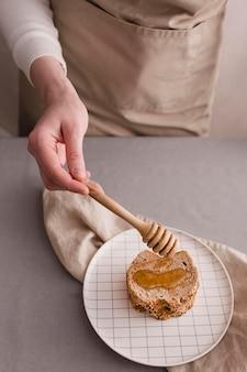 Close-up rebanada de pan con miel