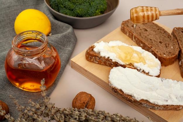 Close-up rebanadas de pan con queso y miel