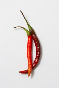 Close-up red hot chili peppers con fondo blanco.