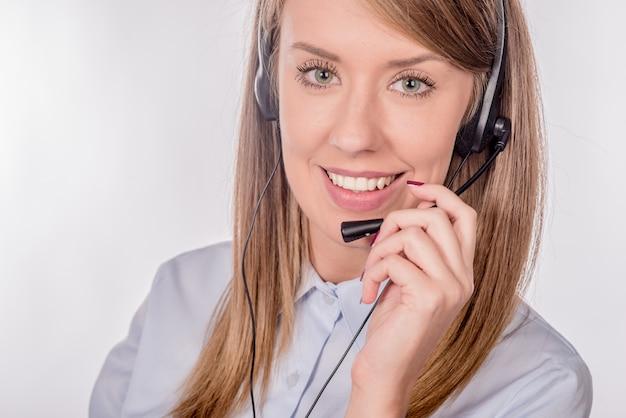 Close-up retrato de un agente de servicio al cliente sentado en la oficina