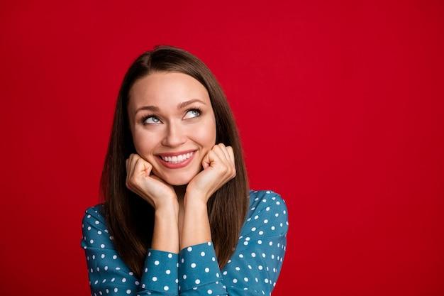 Close-up retrato de agradable atractiva chica alegre mente creando espacio de copia de solución aislado fondo de color rojo brillante
