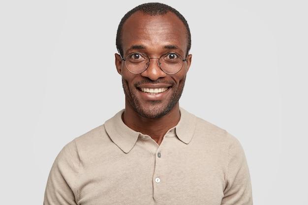 Close up retrato de alegre empresario afroamericano de piel oscura con cerdas