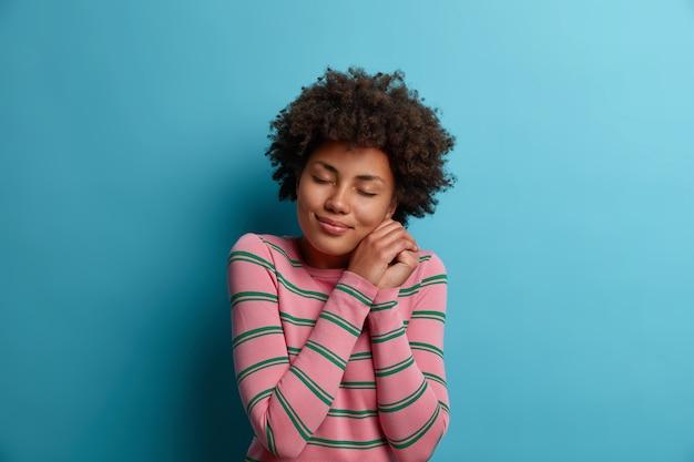 Close up retrato de una atractiva joven aislada