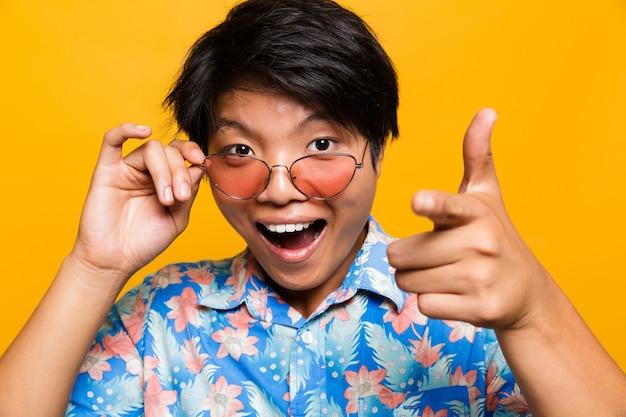 Close up retrato de un hombre asiático sorprendido en gafas de sol