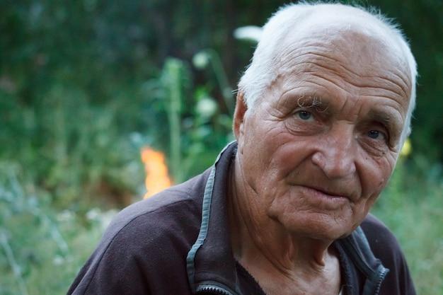 Close-up retrato de un hombre muy viejo en la naturaleza