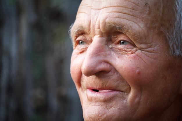 Close-up retrato de un hombre muy viejo