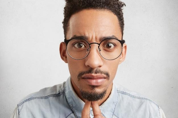 Close up retrato de hombre de raza mixta joven guapo de moda con cara ovalada