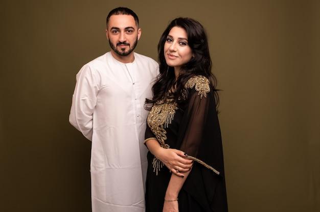 Close up retrato de una joven árabe y un hombre en traje tradicional