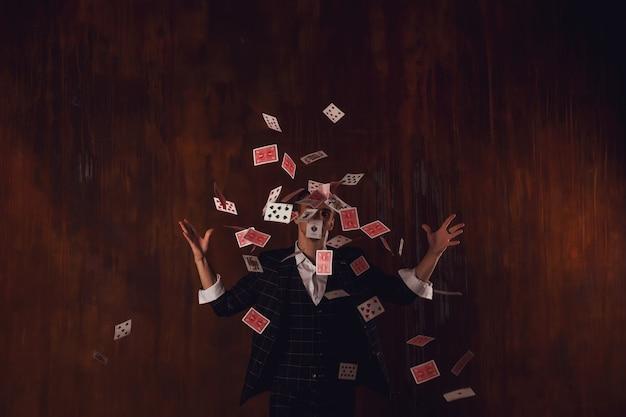 Close-up retrato de joven con cartas de juego