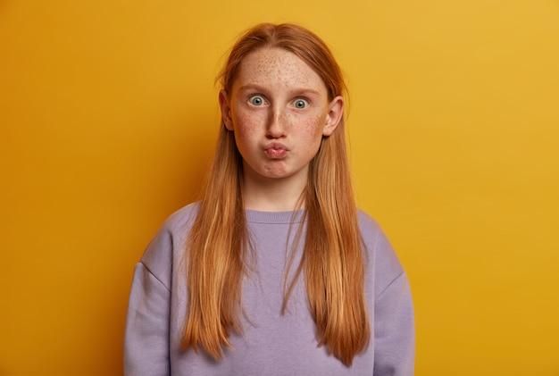 Close up retrato de joven hermosa aislado