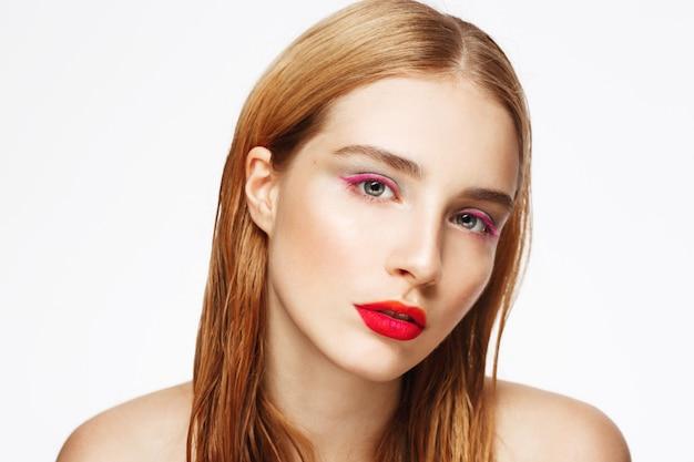 Close-up retrato de joven mujer triste con luz maquillaje.