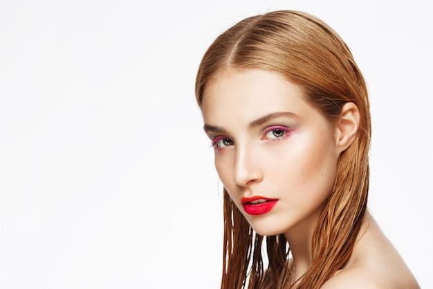 Close-up retrato de joven pensativa con luz maquillaje.