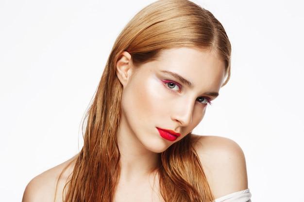 Close-up retrato de joven tímida con luz maquillaje.