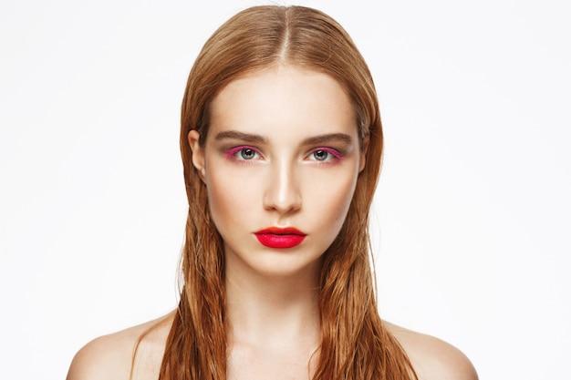 Close-up retrato de mujer joven con luz maquillaje.
