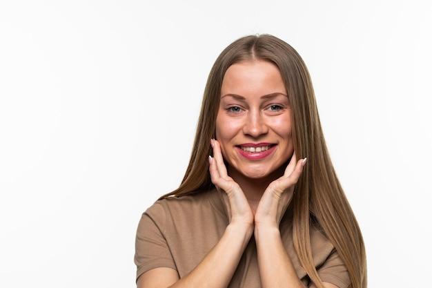 Close up retrato de una mujer sonriente emocionada aislada sobre superficie blanca