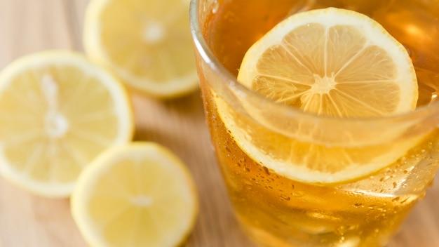 Close-up de rodaja de limón en vaso con bebida