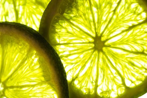Close-up rodajas de limón en la luz del sol