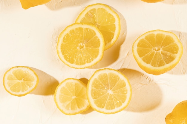 Close-up rodajas naturales de limón