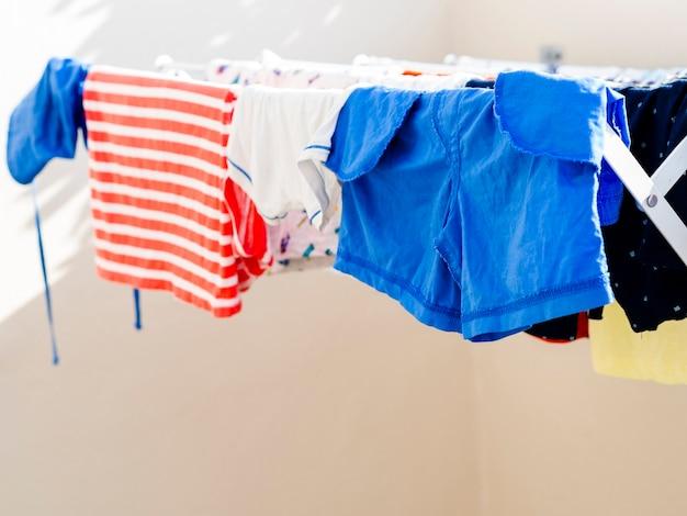 Close-up ropa secándose en la línea