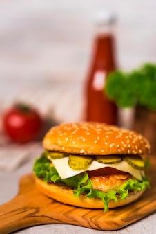 Close-up sabrosa hamburguesa de ternera con lechuga
