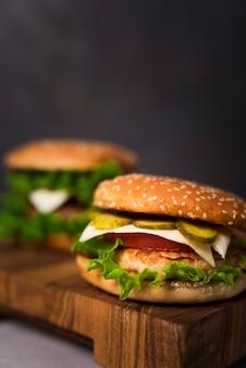 Close-up sabrosas hamburguesas con lechuga