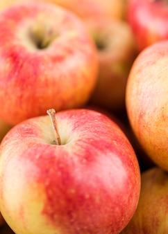 Close-up sabrosas manzanas orgánicas